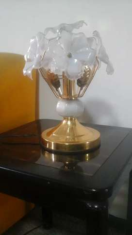 Lampara decorativa con forma de flores blancas con base dorada