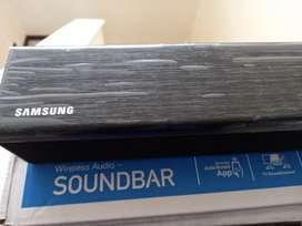 Barra de sonido Samsung Soundbar en su  caja  con control y accesorios.