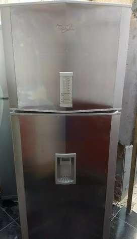 Heladera Whirlpool no frost con dispenser funcionando