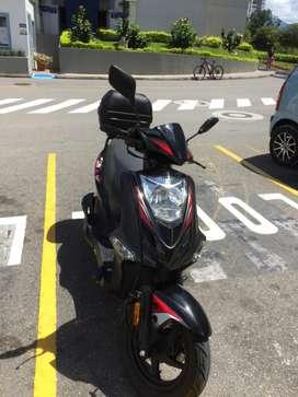 Moto Kymco Twist 2021, Color Negro con maletero y casco incluidos.