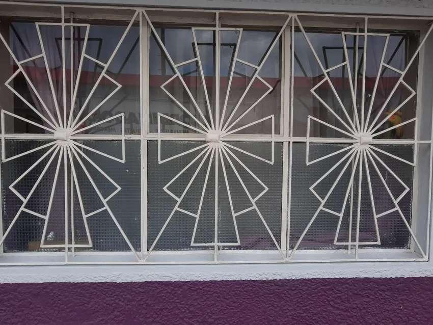 Gran Remate:  Combo Portón en hierro  con marco más ventanal con  respectiva reja 0