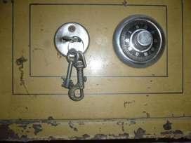 caja fuerte de hierro con llave y cuatro combinaciones