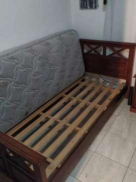 Vendo juego de 2 camas individuales con colchones  y una mesa de luz.