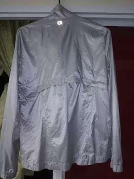 Hermosa chaqueta impermeable americana de segunda.