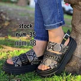 Sandalias, gomones, zapatillas etc. Todo para  ellas!!