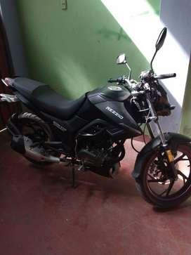Se vende moto color negro marca Rezzio nuevo