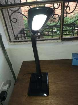 Lámpara de base táctil eléctrica.