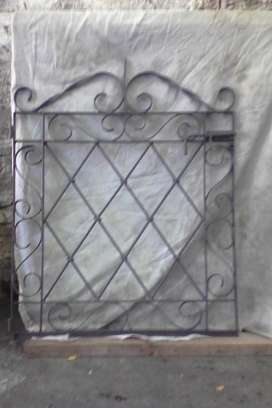 puerta de rejas artesanal