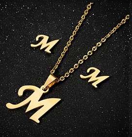 Collar letra M acero inoxidable