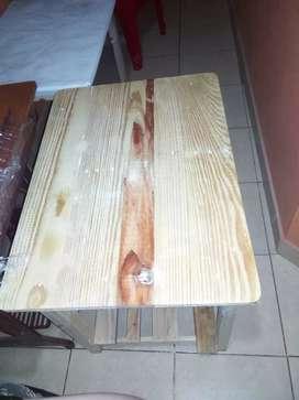 2 mesas de madera de buena calidad