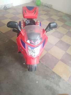 Vendo moto eléctrica buen estado con cargador  ella la moto es musical y recargable