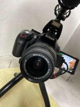 NIKON D5200 + 2 baterias (sin tripode y sin microfono)