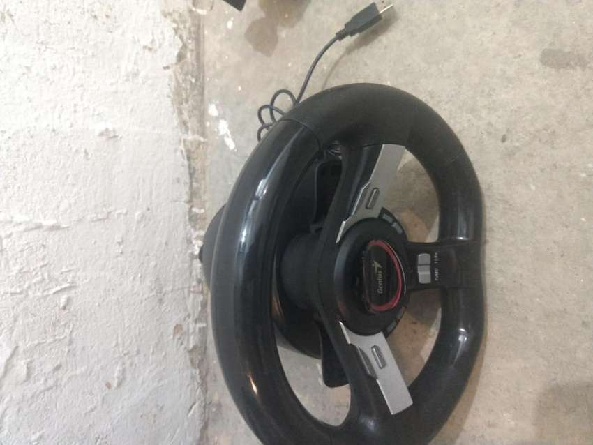 Timón volante y pedales para juegos de video y pc marca Genius y juego formula 1 2011 para PS3 0