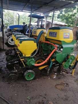 Se vende un tractor con romplo y una sembradora de aire en buen estado