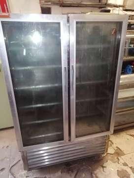 Congelador  vertical en acero de dos cuerpos especial para almacenar carne  congelada en los negocios.