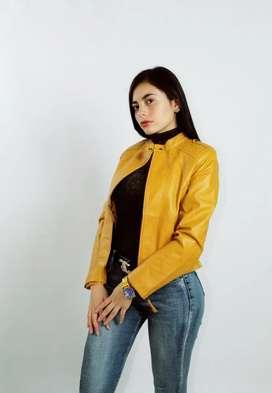Hermosa chaqueta en cuerina color amarillo