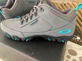 Zapatos Oakley Quarter Gris Talla US 10 Nuevos y Originales