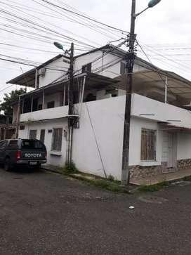 Casa de tres pisos con 5 departamentos