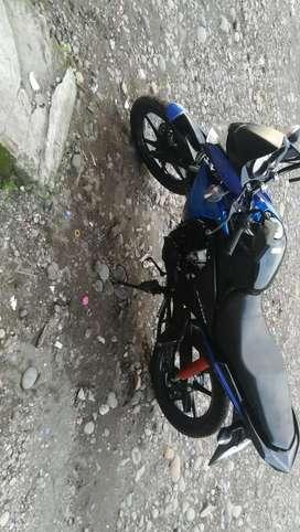 Se vende moto honda perfecto estado alo 2015 pero fue conprada en almacen hace 7meses