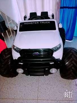 Camioneta ford monster 4x4, 1 mes de uso, tamaño grande para niños.