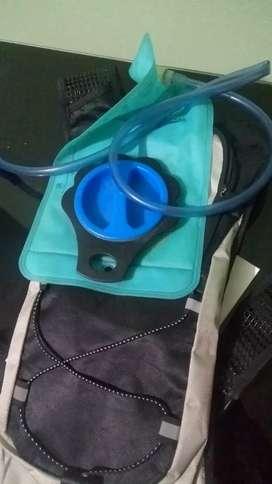 Vendo mochila running más contenedor de agua running
