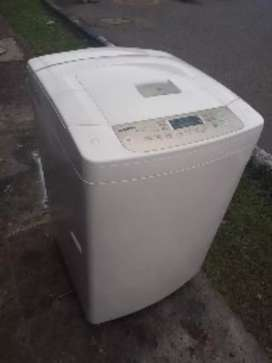 Lavadora LG de 26 libras buen estado bien de funcionamiento con todas sus mangueras