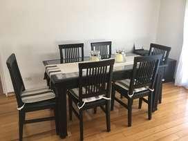 Mesa y sillas de madera oscura y vidrio