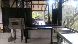 Cocina en alquiler dotada con implementos básicos para clases, talleres, estudios fotográficos, producción y eventos.