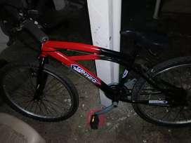 Bicicleta todo terreno roja y negra como nueva
