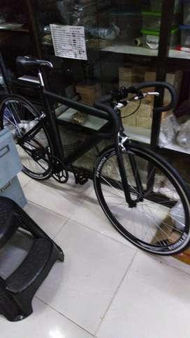 Bicicleta en acero inoxidable marca furia color negro mate