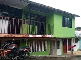 se vende casa de dos plantas, cuatro alcobas, sala comedor, servicios.