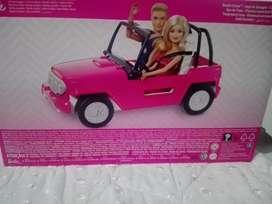 Vehículo de barbie incluye ken y muñeca.