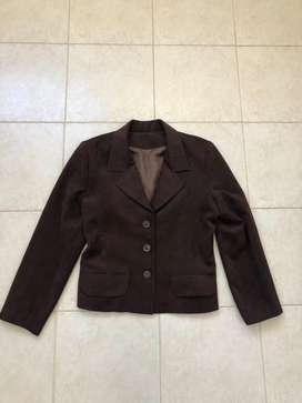 Saquito chaqueta canchera nobuck marrón. Medidas 58 cm de largo X45 cm de ancho. Impecable.