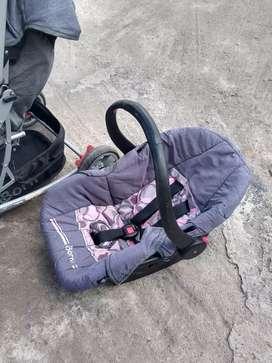 Coche y asiento canasta para bebé