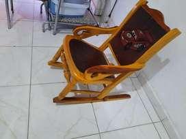 Se vende silla de madera para niño