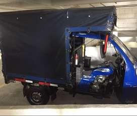 Motocarro En muy buen estado, encarpada. Azul        Con carrocería,  la parte del conductor viene encabinada.   Ayco