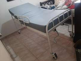 Se vende cama hospitalaria con colchón en perfecto estado
