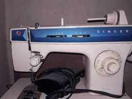 Vendo maquina de cocer SINGER usada anda todo solo tiene detalles a reparar