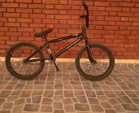 Se vende bicicleta BMX precio 14000 estado en el 70%
