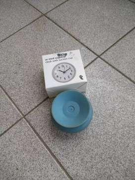 Reloj que se adhiere x succión a un mueble