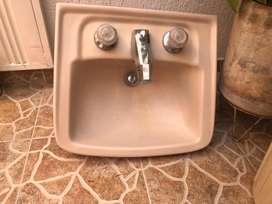 Se vende lavamanos doble llave y griferia en buen estado