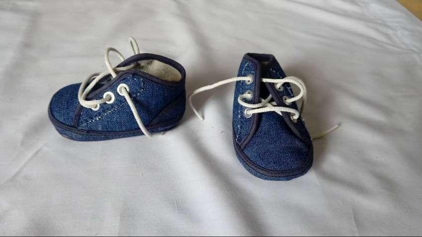 Zapatillas bebé sin numero jean con poco uso 0