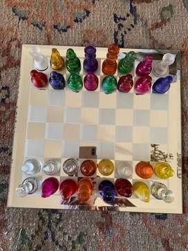 Espetacular juego de ajedres de vidrio. Color Glass Chess set en caja usado excelente estado.