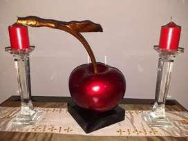 Lindo adorno de cereza grande y candelabros.de cristal