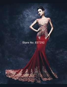 Elegante vestido de noche color vino