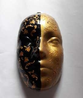 Máscara en negro y dorado tipo veneciana para colgar,  150