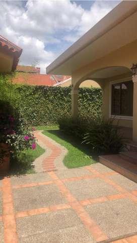 Hermosa Casa de Venta, con Acabados de Lujo. Sector Puertas del Sol