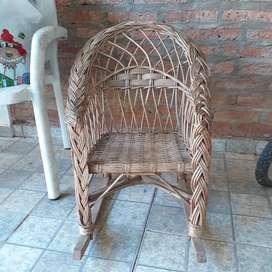 Vendo silla mecedora de mimbre para niño