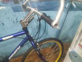 Bicicleta todo de aluminio menos e cuadro es liviana solo para aserle regular cambios