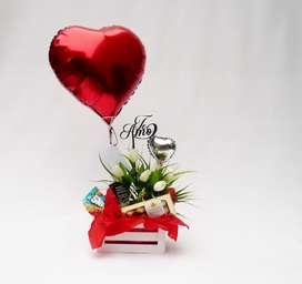 Arreglo con tulipanes artificiales en base blanca